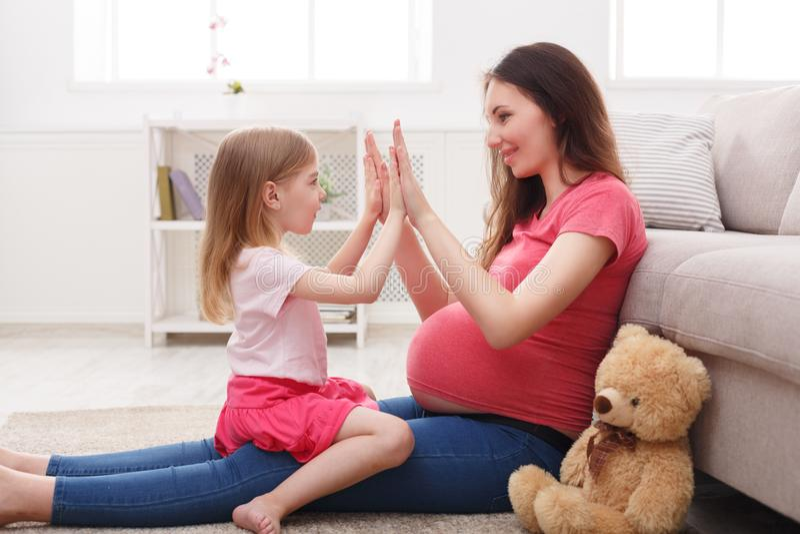 Παιχνίδι που χτυπά τα χέρια μαζί με το mom στοκ εικόνες