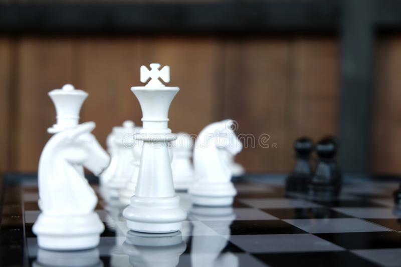 Παιχνίδι πρόκλησης νοημοσύνης μάχης σκακιού στρατηγικής στη σκακιέρα στοκ φωτογραφίες