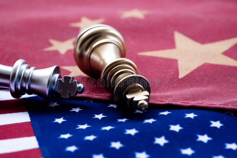 Παιχνίδι σκακιού, δύο βασιλιάδες πρόσωπο με πρόσωπο στην Κίνα και αμερικανικές εθνικές σημαίες Έννοια εμπορικών πολέμων Σύγκρουση στοκ εικόνα με δικαίωμα ελεύθερης χρήσης