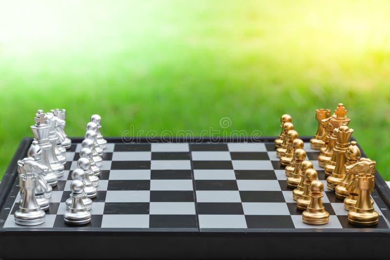 Παιχνίδι σκακιού, ρυθμίστε την σανίδα που περιμένει να παίξει τόσο σε χρυσά όσο και σε ασημένια κομμάτια σε πράσινο φόντο στοκ εικόνες με δικαίωμα ελεύθερης χρήσης