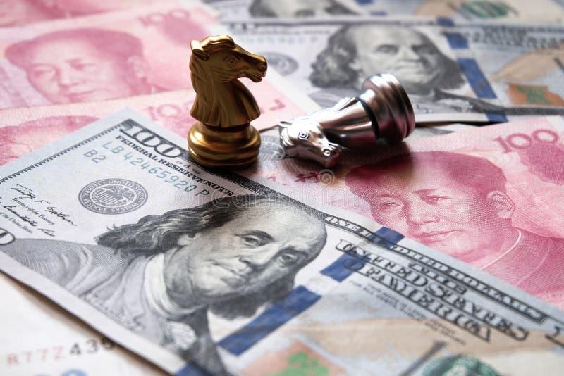 Παιχνίδι σκακιού στο αμερικανικό δολάριο και το κινεζικό yuan τραπεζογραμμάτιο Εμπορικός πόλεμος και σύγκρουση μεταξύ δύο μεγάλων στοκ φωτογραφίες