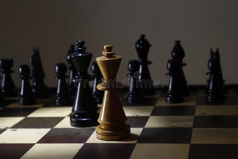 Παιχνίδι σκακιού στρατηγικής, η πάλη βασιλιάδων εν πλω στοκ φωτογραφίες με δικαίωμα ελεύθερης χρήσης