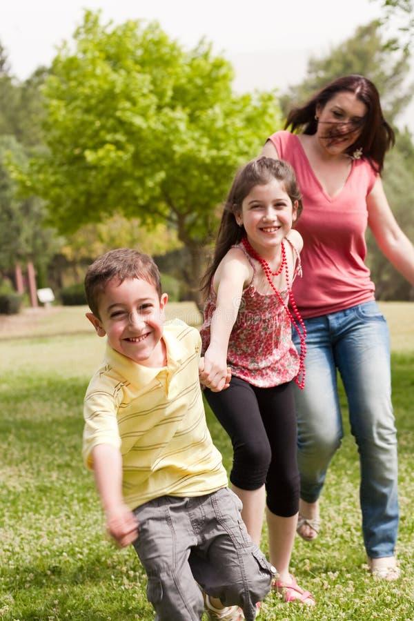 παιχνίδι τρία οικογενει&alp στοκ φωτογραφία