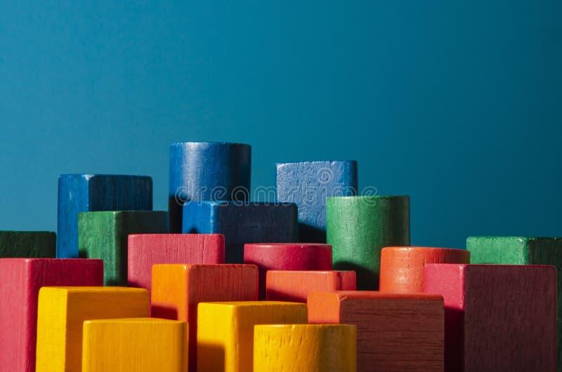 Παιχνίδι των χρωματισμένων ξύλινων φραγμών Μεταφορά ουρανοξυστών στοκ φωτογραφία με δικαίωμα ελεύθερης χρήσης