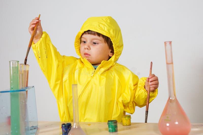 Παιχνίδι φαρμακοποιών παιχνιδιού μικρών κοριτσιών στο σπίτι στοκ εικόνα