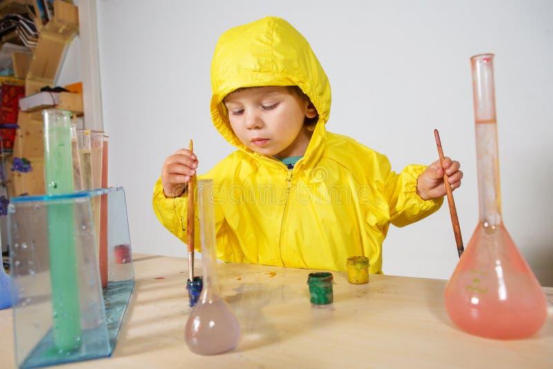 Παιχνίδι φαρμακοποιών παιχνιδιού μικρών κοριτσιών στο σπίτι στοκ φωτογραφίες