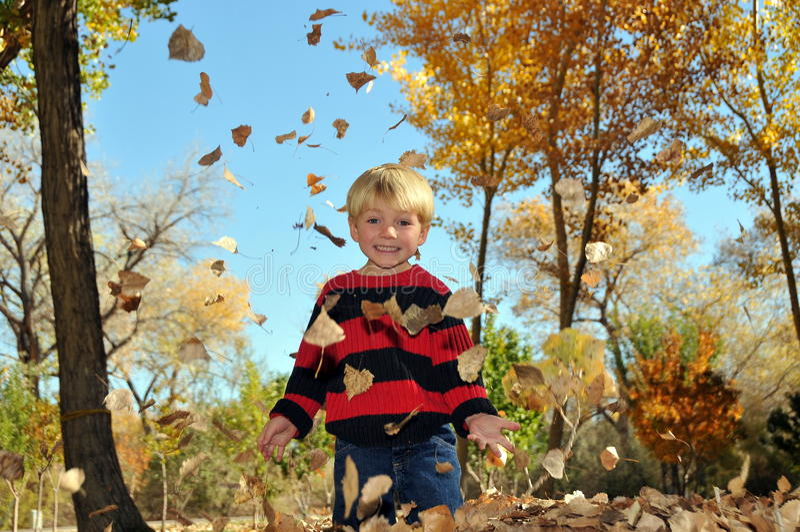 παιχνίδι φύλλων αγοριών φθ&io στοκ φωτογραφία με δικαίωμα ελεύθερης χρήσης