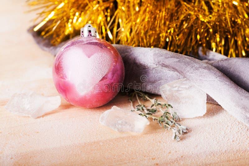 Παιχνίδι Χριστουγέννων με ένα σημάδι αγάπης στοκ εικόνες