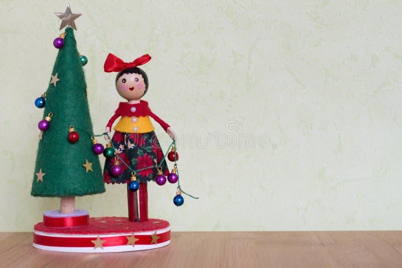 Παιχνίδι χριστουγεννιάτικων δέντρων με μια κυρία που διακοσμεί με τις ζωηρόχρωμους σφαίρες, τα δώρα και τους χιονανθρώπους στοκ εικόνα με δικαίωμα ελεύθερης χρήσης
