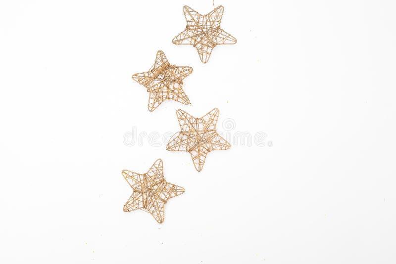 Παιχνίδι χριστουγεννιάτικων δέντρων με τα χρυσά αστέρια σε ένα άσπρο υπόβαθρο επίπεδος στοκ φωτογραφία με δικαίωμα ελεύθερης χρήσης