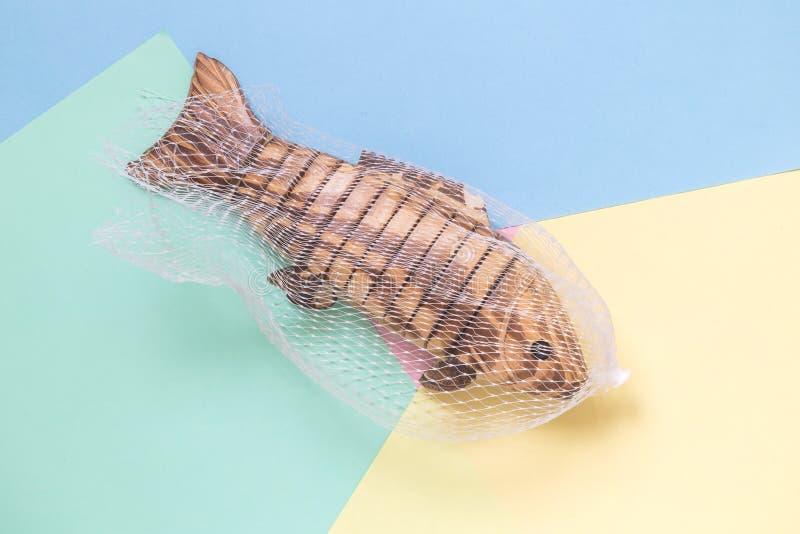 Παιχνίδι ψαριών που πιάνεται στο δίχτυ του ψαρέματος που απομονώνεται στη minimalistic αφηρημένη έννοια υποβάθρου κρητιδογραφιών στοκ εικόνες