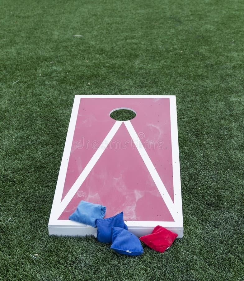 Παιχνίδι Cornhole με τις τσάντες φασολιών έτοιμες να χρησιμοποιηθούν στοκ φωτογραφία