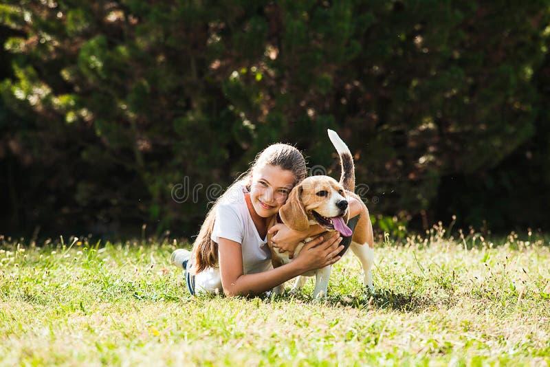 Παιχνίδια κοριτσιών με ένα σκυλί στοκ φωτογραφίες