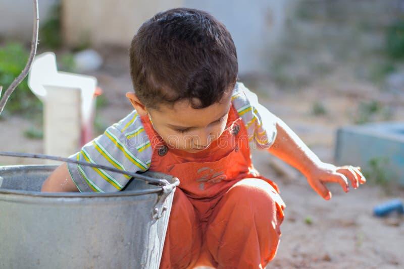 Παιχνίδια μικρών παιδιών με το νερό στοκ εικόνες