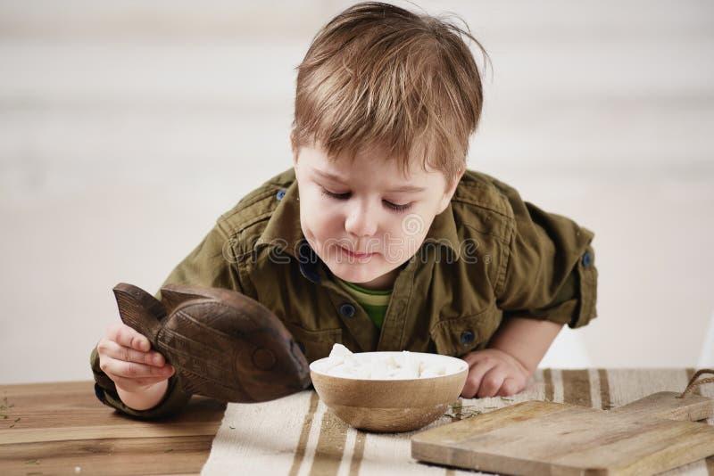 Download Παιχνίδια μικρών παιδιών σε έναν πίνακα Στοκ Εικόνες - εικόνα από χαμόγελο, νέος: 62705742