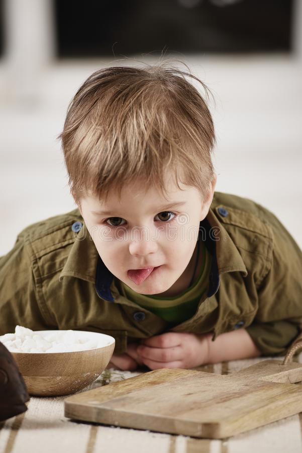Download Παιχνίδια μικρών παιδιών σε έναν πίνακα Στοκ Εικόνα - εικόνα από νέος, γεύμα: 62705819