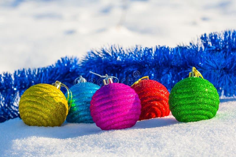 Παιχνίδια Χριστουγέννων σε ένα χιόνι στοκ εικόνες