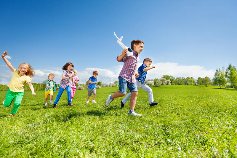 Παιχνίδι αεροπλάνων πολύ τρεξίματος παιδιών και εκμετάλλευσης αγοριών στοκ εικόνες