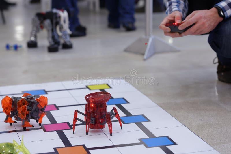 Παιχνίδι ατόμων με τα ρομπότ στοκ εικόνες