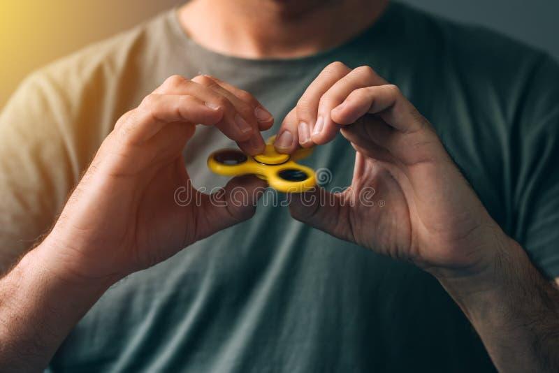 Παιχνίδι ατόμων με fidget τον κλώστη στοκ φωτογραφία
