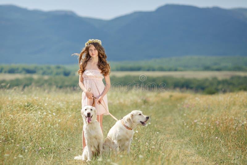 Παιχνίδι γυναικών με το σκυλί της στην οδό στοκ εικόνες με δικαίωμα ελεύθερης χρήσης