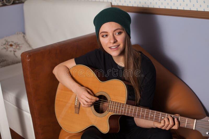 Παιχνίδι γυναικών στην κιθάρα στοκ φωτογραφίες με δικαίωμα ελεύθερης χρήσης