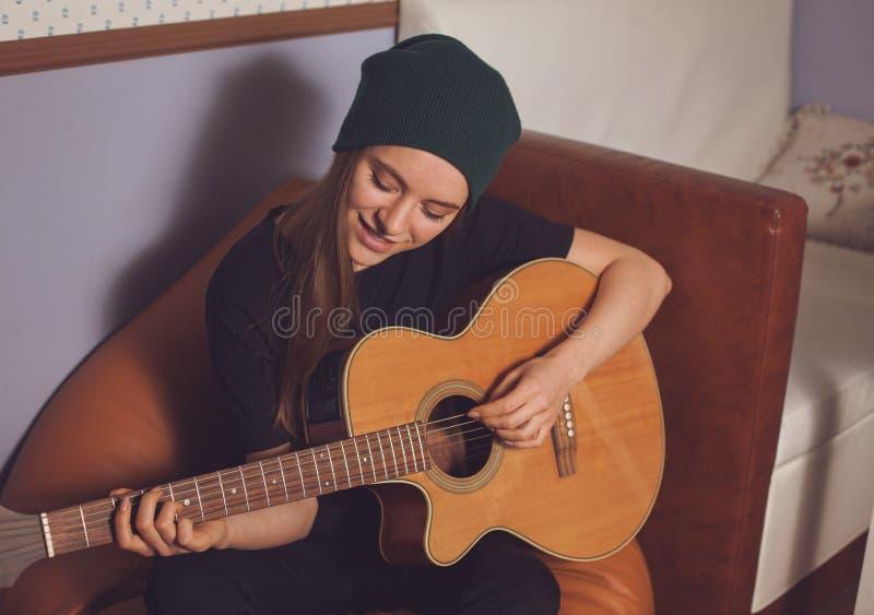 Παιχνίδι γυναικών στην κιθάρα στοκ εικόνες