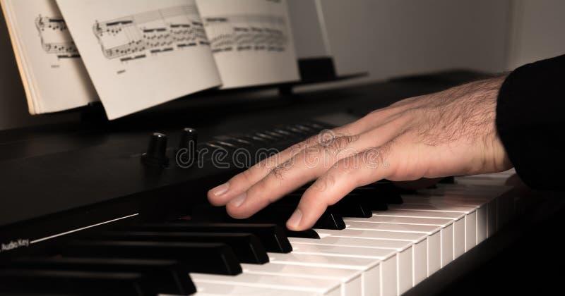 Παιχνίδι ενός ψηφιακού πιάνου στοκ φωτογραφίες