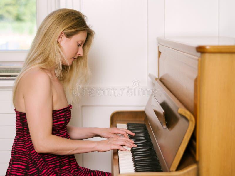 Παιχνίδι ενός όρθιου πιάνου στοκ φωτογραφία
