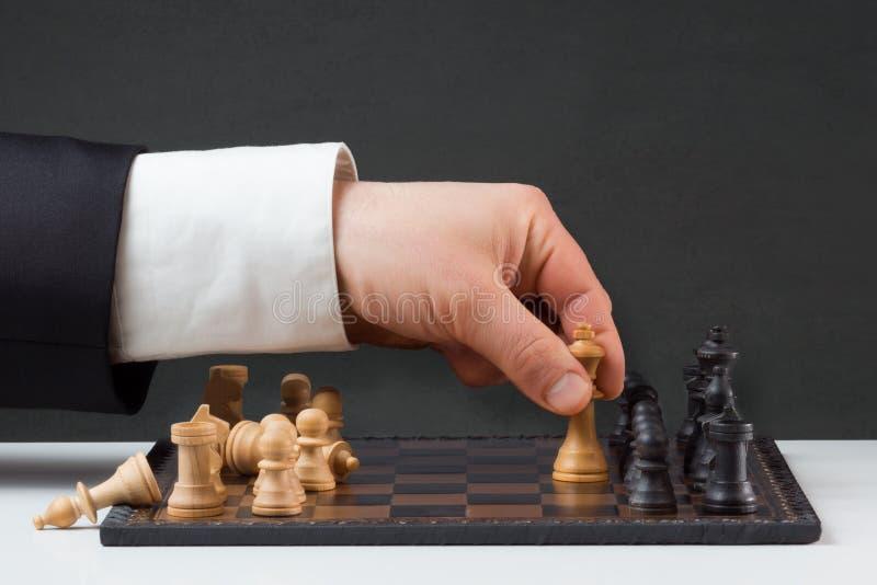 Παιχνίδι επιχειρηματιών ενάντια στους κανόνες στοκ φωτογραφία