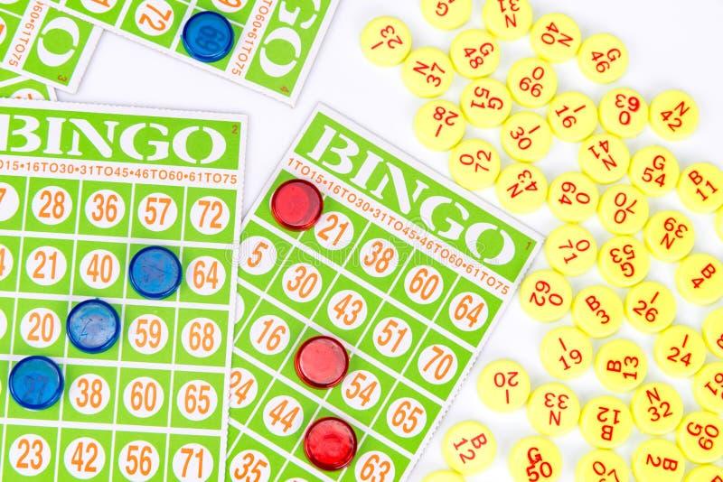 Παιχνίδι καρτών Bingo που περιμένει μόνο ένα τσιπ για να κερδίσει στοκ εικόνες
