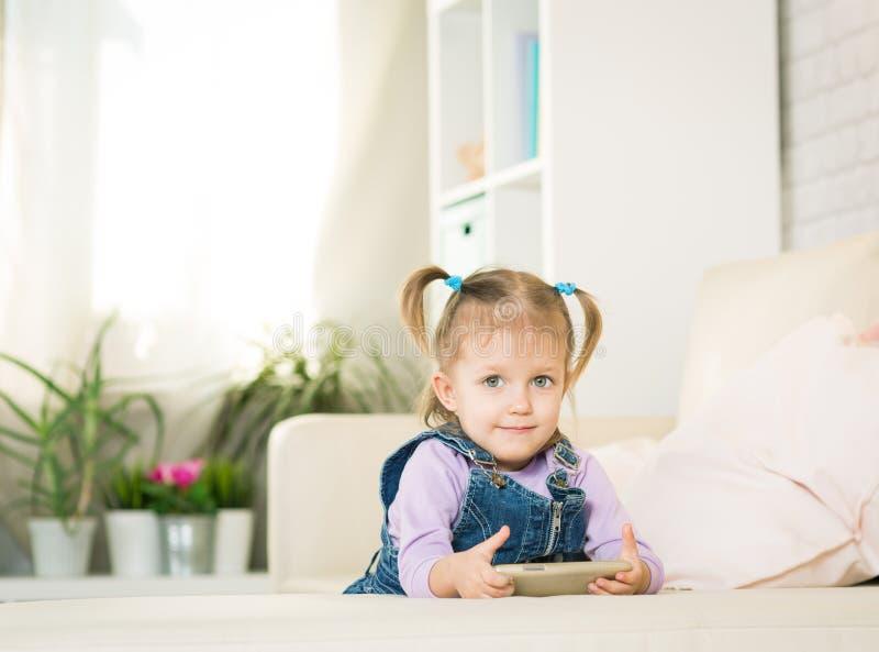 Παιχνίδι κοριτσάκι με ένα τηλέφωνο στοκ φωτογραφία με δικαίωμα ελεύθερης χρήσης