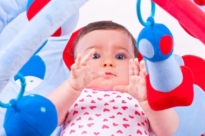 Παιχνίδι κοριτσάκι με τη γυμναστική παιχνιδιών μωρών στοκ φωτογραφία με δικαίωμα ελεύθερης χρήσης