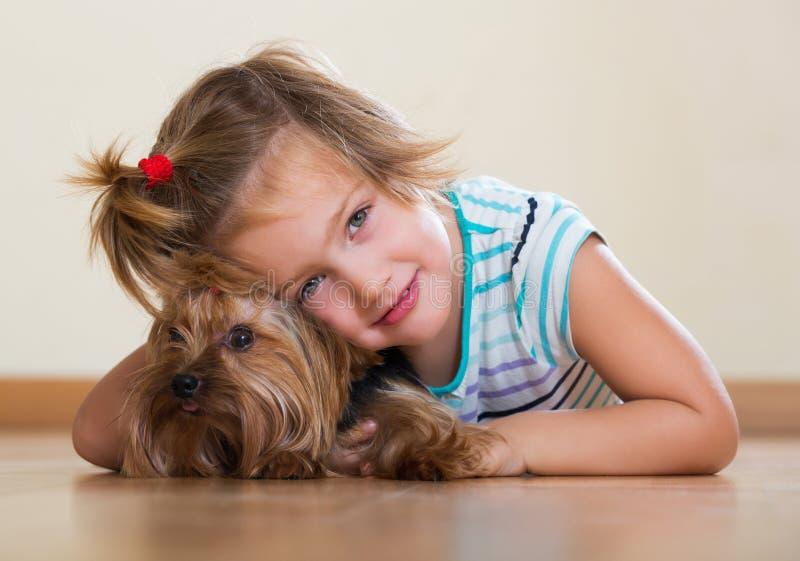 Παιχνίδι κοριτσιών με Yorkie στοκ εικόνα με δικαίωμα ελεύθερης χρήσης