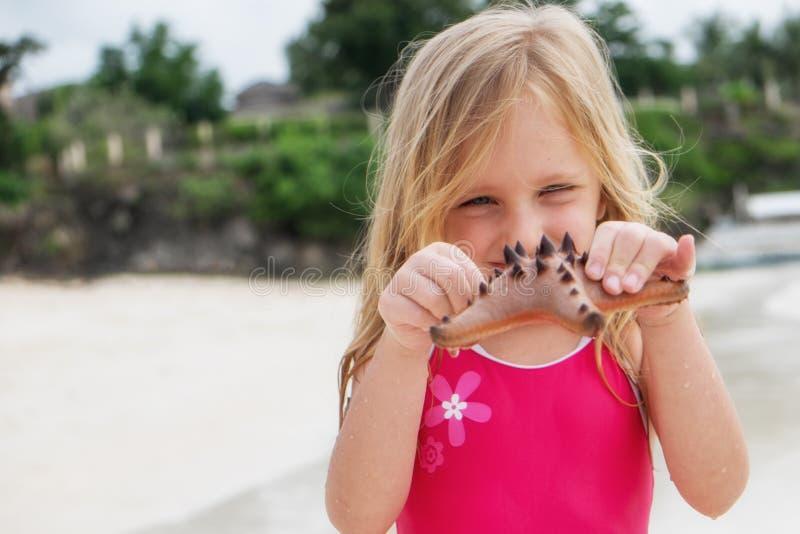 Παιχνίδι κοριτσιών σε μια παραλία στοκ φωτογραφίες με δικαίωμα ελεύθερης χρήσης