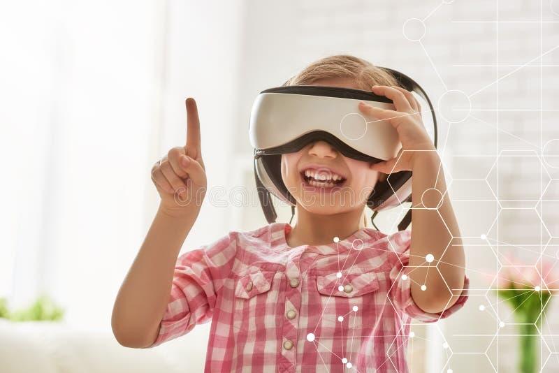 Παιχνίδι κοριτσιών στα γυαλιά εικονικής πραγματικότητας στοκ εικόνες