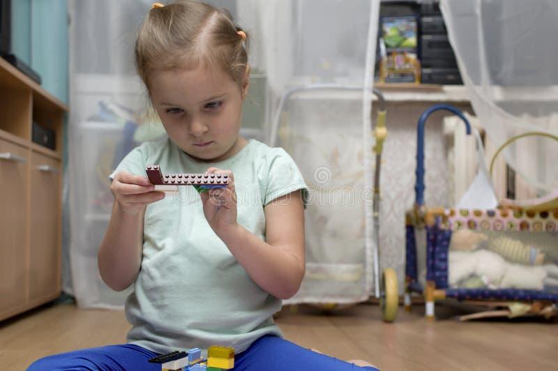 Παιχνίδι κοριτσιών στην κρεβατοκάμαρα στοκ φωτογραφία με δικαίωμα ελεύθερης χρήσης