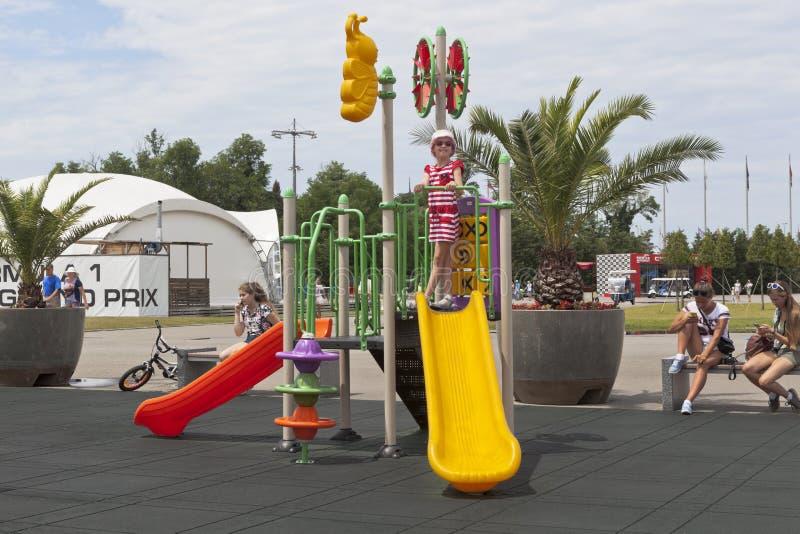 Παιχνίδι κοριτσιών στην παιδική χαρά στο ολυμπιακό πάρκο του Sochi στοκ εικόνες με δικαίωμα ελεύθερης χρήσης