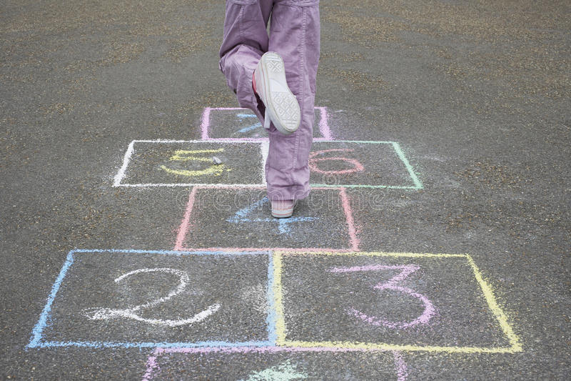 Παιχνίδι κοριτσιών λυκίσκος-σκωτσέζικο στην παιδική χαρά στοκ φωτογραφία