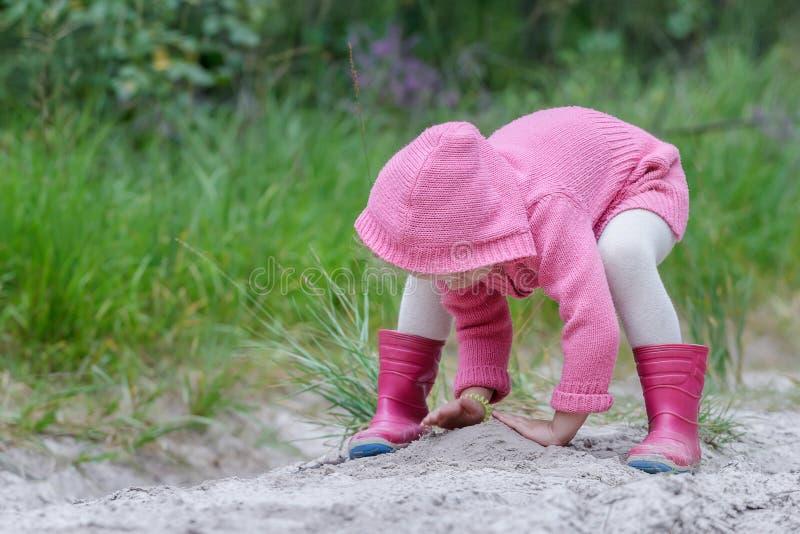 Παιχνίδι κοριτσιών Preschooler με την άμμο στο θερινό δάσος στοκ εικόνες με δικαίωμα ελεύθερης χρήσης