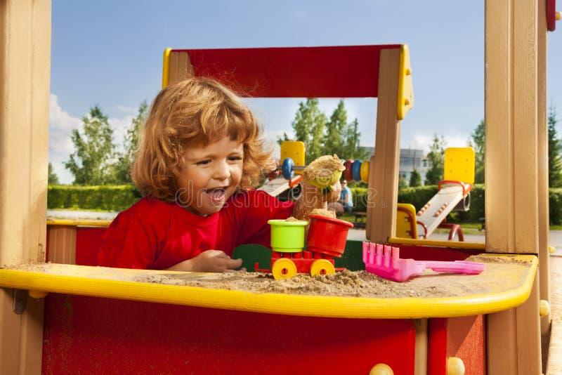 Παιχνίδι με την άμμο στην παιδική χαρά στοκ φωτογραφίες