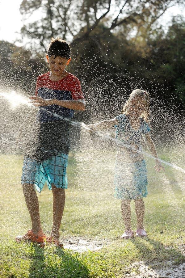 Παιχνίδι με τις προβολές ύδατος στοκ φωτογραφίες με δικαίωμα ελεύθερης χρήσης