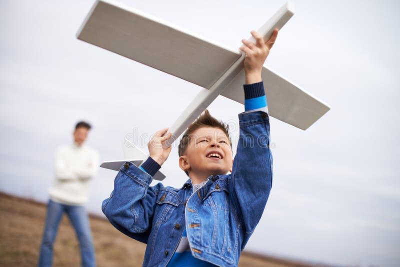 Παιχνίδι με το αεροπλάνο στοκ εικόνα με δικαίωμα ελεύθερης χρήσης