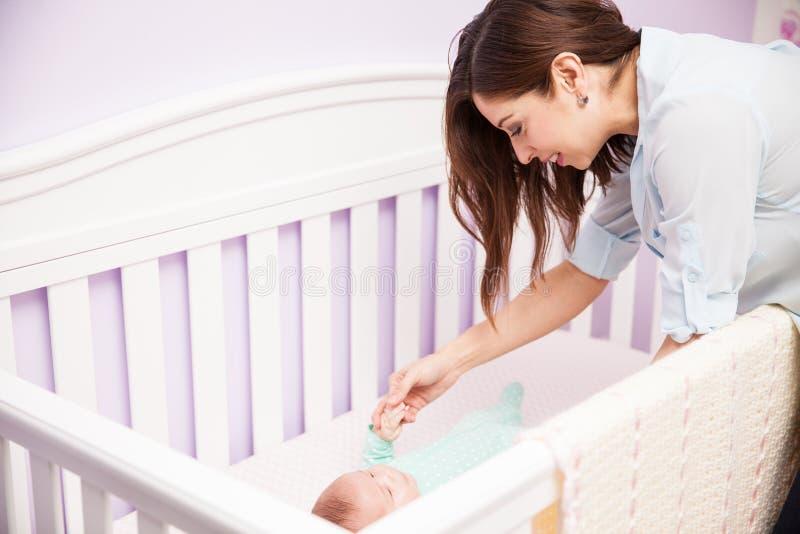 Παιχνίδι μητέρων με το μωρό της σε ένα παχνί στοκ φωτογραφία με δικαίωμα ελεύθερης χρήσης