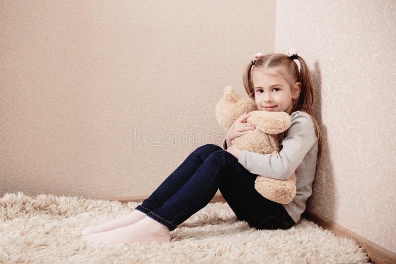παιχνίδι μικρών κοριτσιών με την αρκούδα στοκ εικόνες