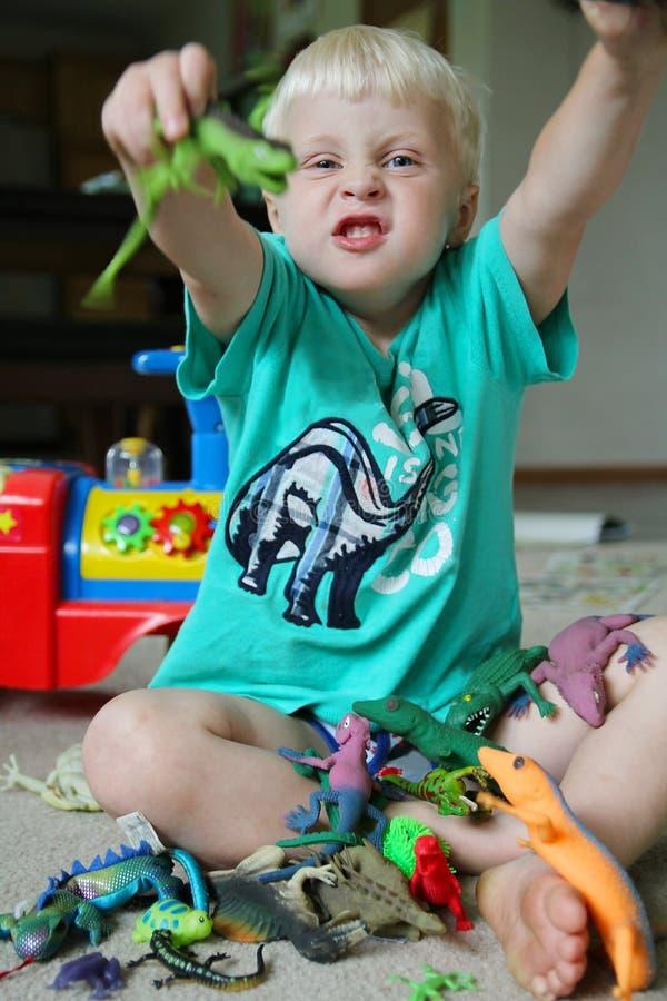 Παιχνίδι μικρών παιδιών διασκέδασης με τα παιχνίδια στοκ φωτογραφία