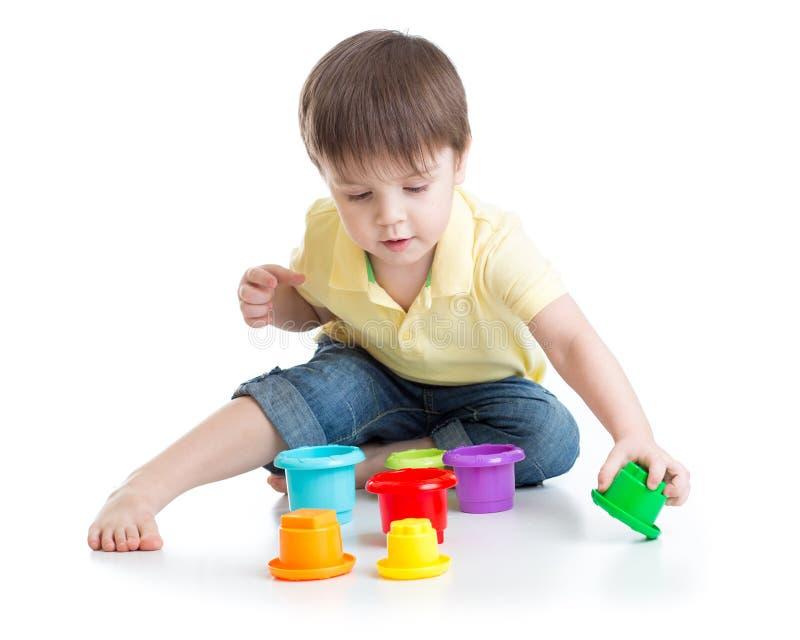 Παιχνίδι μικρών παιδιών με τα παιχνίδια φλυτζανιών στοκ φωτογραφία με δικαίωμα ελεύθερης χρήσης