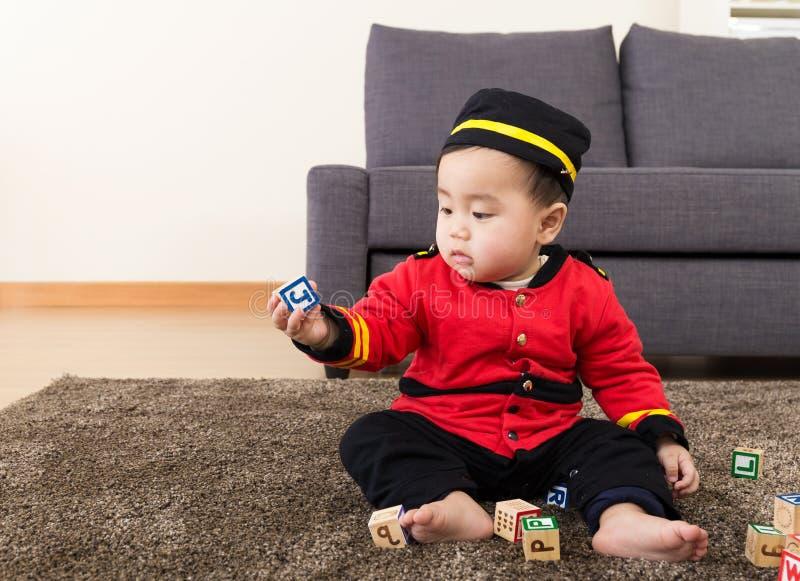 Παιχνίδι μικρών παιδιών με το φραγμό παιχνιδιών στοκ φωτογραφία με δικαίωμα ελεύθερης χρήσης