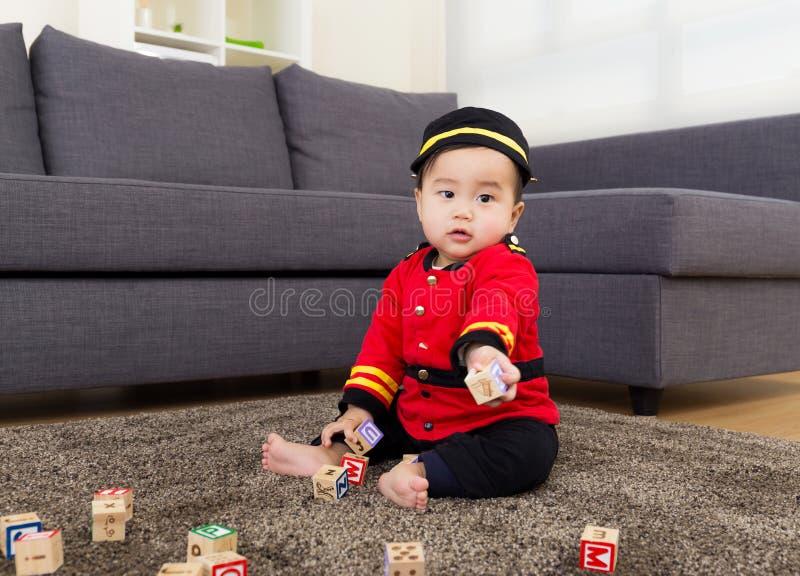 Παιχνίδι μικρών παιδιών με το φραγμό παιχνιδιών στοκ φωτογραφίες με δικαίωμα ελεύθερης χρήσης