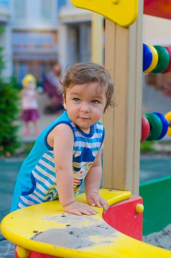 Παιχνίδι μικρών παιδιών στην παιδική χαρά στοκ φωτογραφία με δικαίωμα ελεύθερης χρήσης